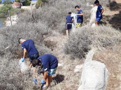 I giovani impegnati nella pulizia dell'arenile