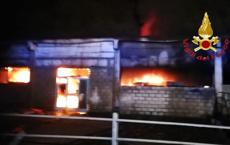 L'incendio nel capannone dio Posada