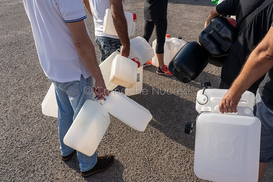 In fila per l'approvvigionamento idrico (© foto S.Novellu)