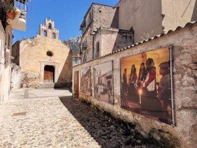 Oliena, chiesa Santa Croce, esposizione all'aperto delle immagini di Marianne Sin-Pfältzer