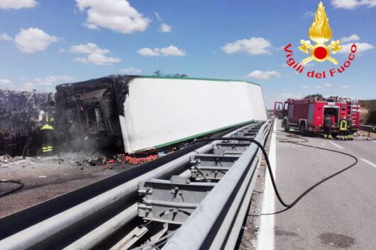 Il camion frigo che ha preso fuoco