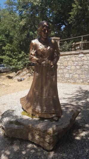 La statua di Grazia Deledda