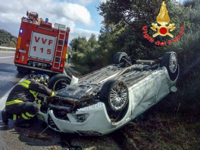L'Alfa Romeo ribaltatasi sulla Statale 389