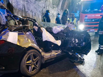 L'auto dopo l'incidente in galleria a Nuoro