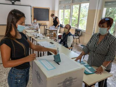 Un momento delle elezioni per il referendum a Nuoro (foto S.Novellu)