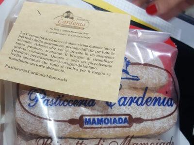 Uno dei pacchi di biscotti e paste donati agli Orunesi