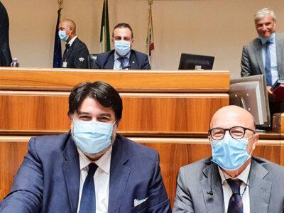 Il presidente Solinas e l'assessore Nieddu dopo l'approvazione della riforma sanitaria