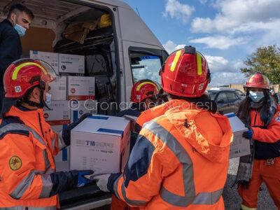L'arrivo del materiale per l'ospedale da campo a Nuoro (foto S.Novellu)