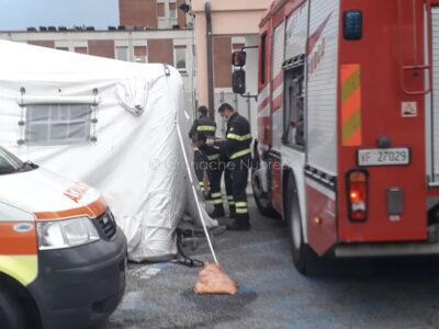 Intervento dei VVF per la messa sicurezza delle tende davanti al pronto soccorso di Nuoro