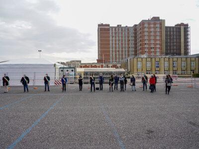 La manifestazione dei sindaci davanti al San Francesco di Nuoro (foto S.Novellu)