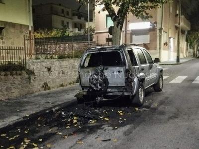 Una delle auto bruciate in via Santa Barbara