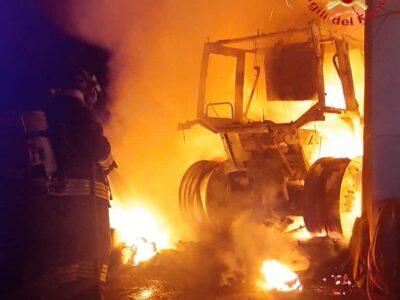 Il trattore andato a fuoco a Siniscola