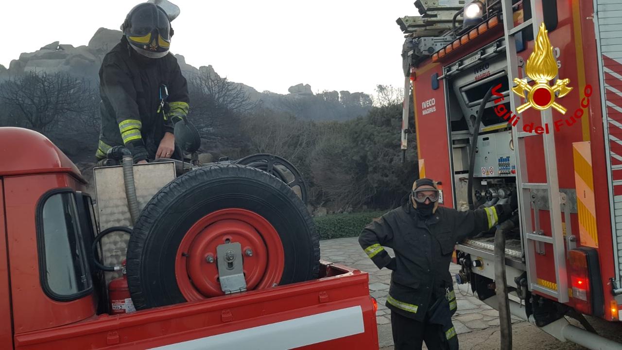 Paura a Santa Teresa: alimentato dal forte vento un incendio minaccia le abitazioni – VIDEO-