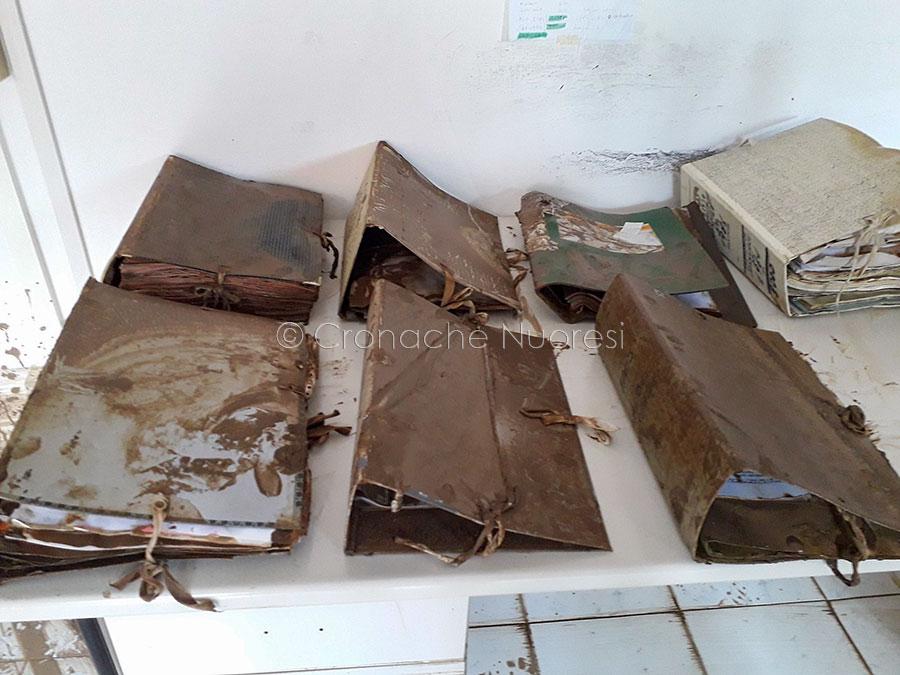 Bitti, i registri degli archivi comunali danneggiati dal fango