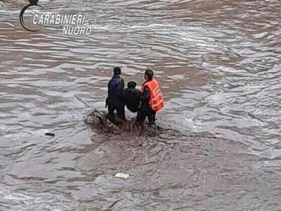 Bitti. I Carabinieri mettono in salvo una persona dalla furia delle acque