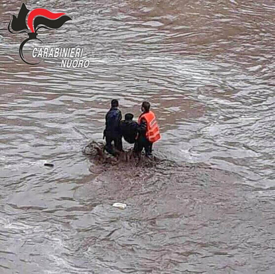 Bitti. I Carabinieri salvano un 70enne che rischiava di essere inghiottito dalla furia delle acque