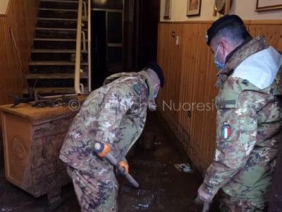 Fanti della Brigata Sassari al lavoro a Bitti (foto S.Novellu)