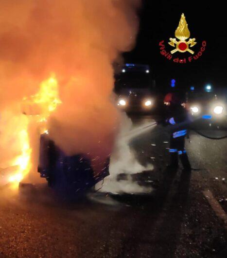 I VVF impegnati a domare le fiamme