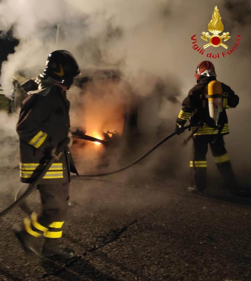 Perdono il controllo dell'auto, che si ribalta e prende fuoco: salvi quattro giovani