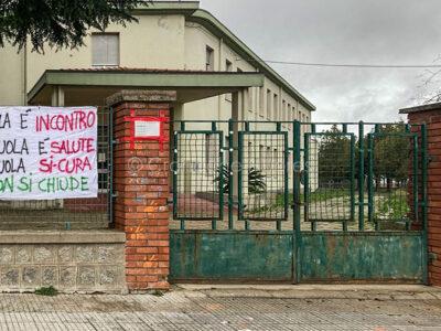 Striscioni all'ingresso delle scuole elementari di Mamoiada