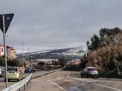 Macomer, e sullo sfondo il monte di Sant'Antonio nevicato (foto S.Novellu)