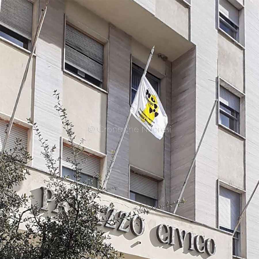 Nuoro. Il Comune ribadisce il NO alle scorie nucleari in Sardegna con la bandiera di NoNucle-NoScorie