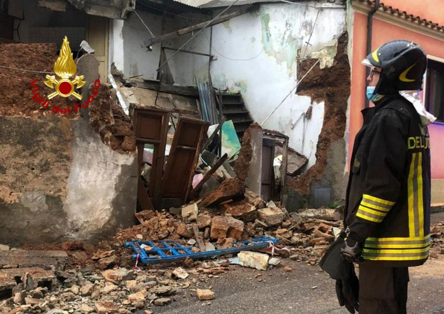 Crolla una vecchia abitazione in pieno centro: intervengono i Vigili del Fuoco