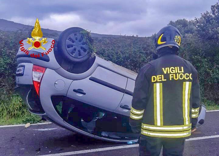 Perde il controllo dell'auto che si ribalta: automobilista miracolosamente illeso