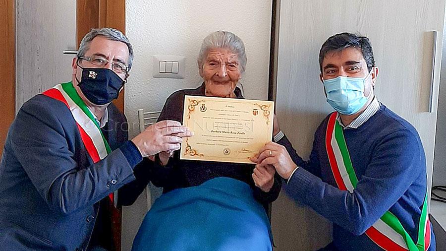 Gli auguri dei sindaci di Nuoro e Mandas alla signora Barbara per i suoi 101 anni
