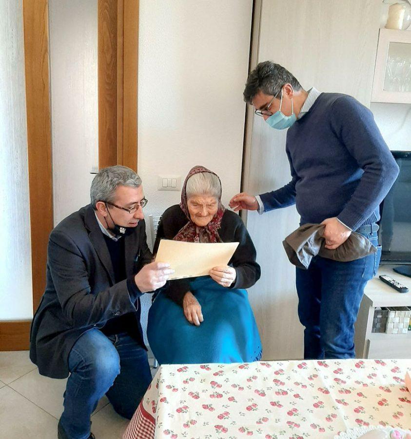 Gli auguri alla signora Barbara Zeullo per i suoi 101 anni