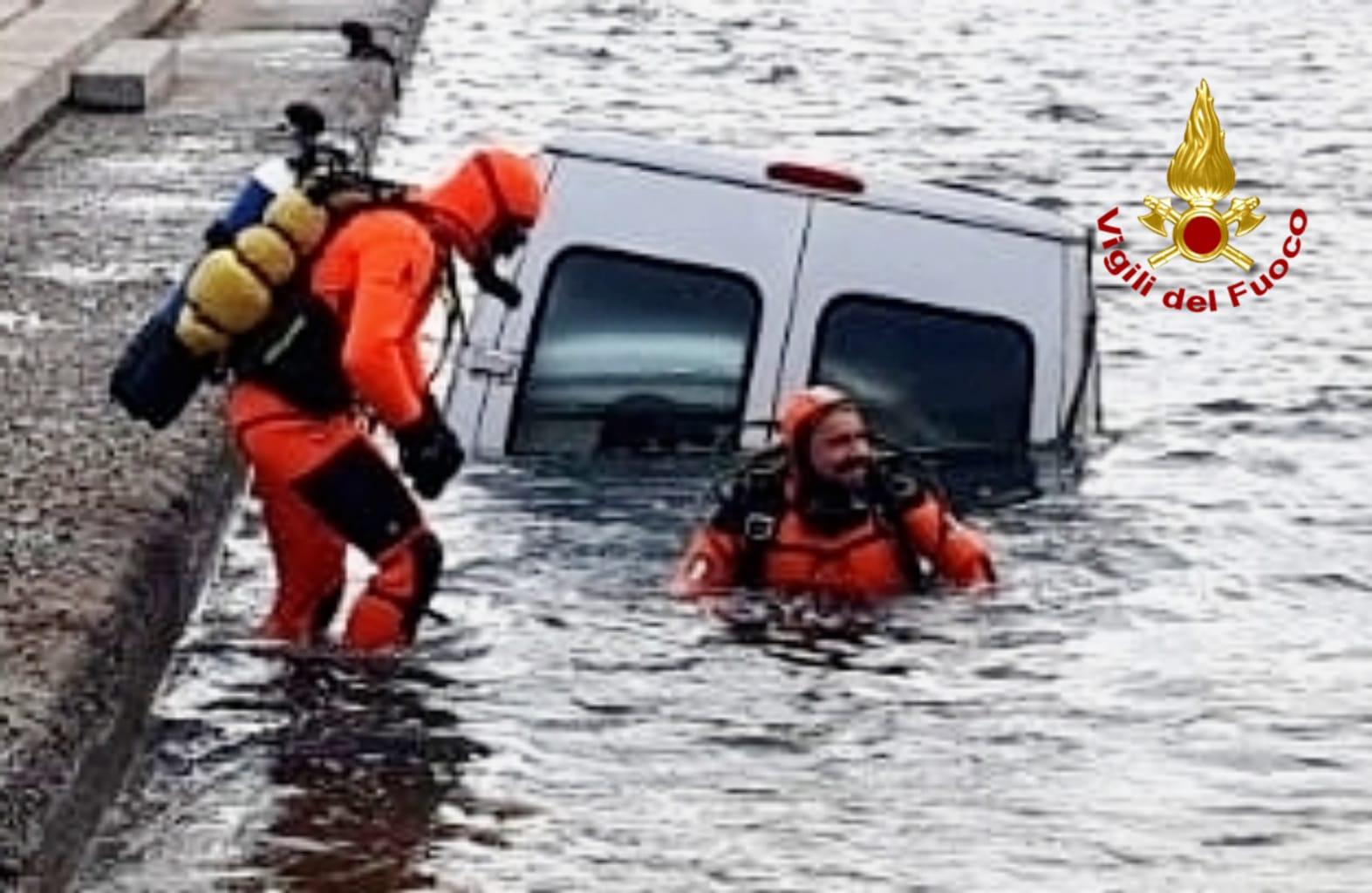 Cagliari. Autofurgone finisce nelle acque del poriticciolo di Marina Piccola