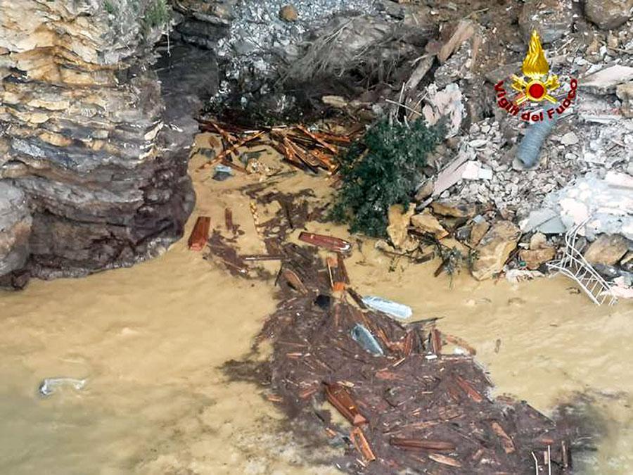 Frana in cimitero: 200 bare in mare, distrutte molte tombe e due cappelle