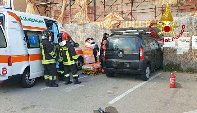 La Maddalena. Auto finisce contro impalcatura: conducente in ospedale
