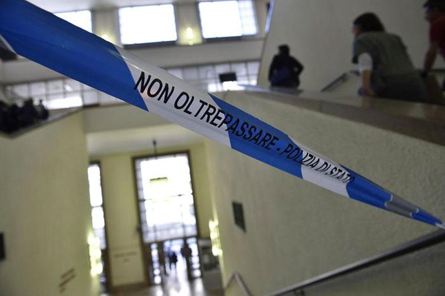Studente muore precipitando dal quarto piano di un palazzo