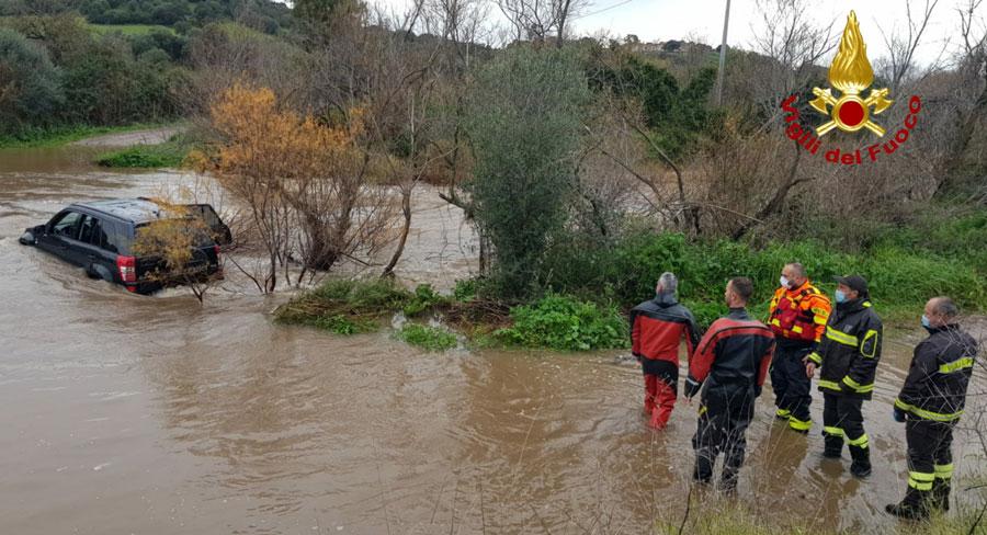 Tentano di guadare un fiume col fuoristrada ma rimangono bloccati