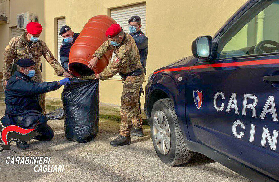 Fugge all'alt dei Carabinieri che poi gli trovano in casa 10 chili di marijuana: arrestato
