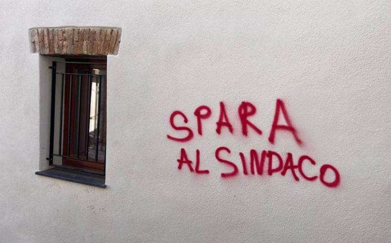 """""""Spara al sindaco"""": minacce sui muri contro il Sindaco di Siniscola"""