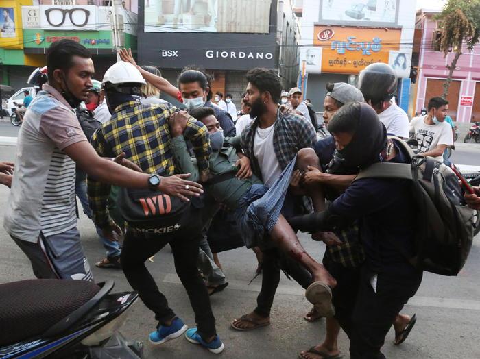 Proteste dopo il golpe in Birmania: 18 manifestanti uccisi in diverse città