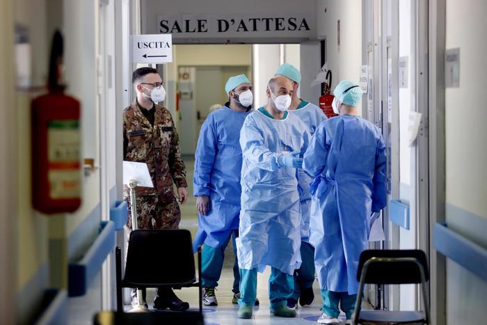 """Covid inarrestabile. Bertolaso: """"Tutta Italia rischia di tornare in zona rossa"""""""