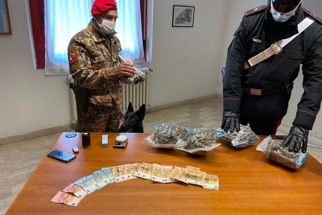 I militari con la droga e contanti sequestrati