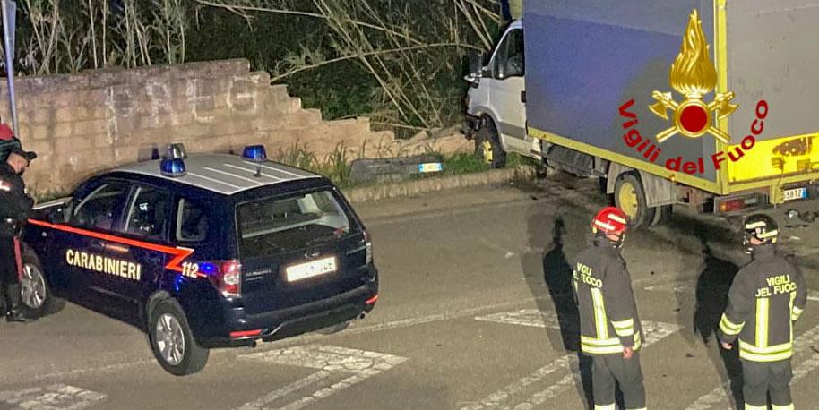 Scontro tra auto e furgone: due feriti