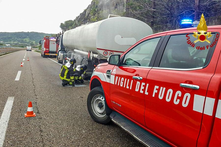 A fuoco autocisterna carica di combustibile: paura sulla SS131