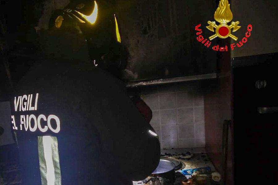 Incendio in un appartamento: 88enne intossicata dal fumo