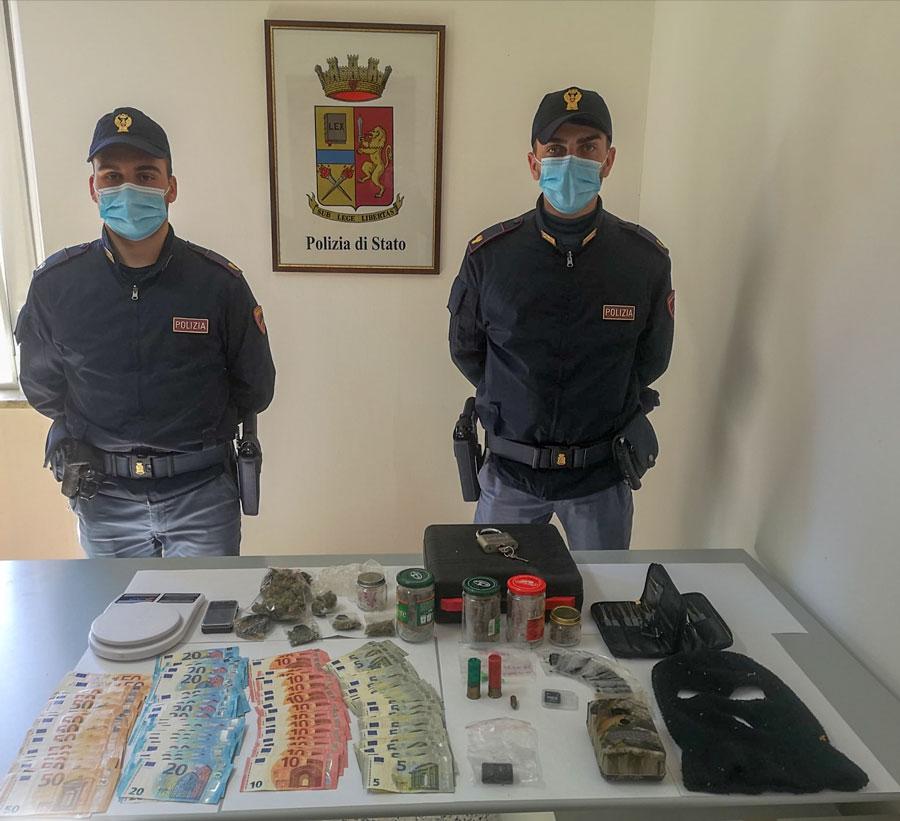 Sorpreso dalla Polizia con dosi di droga e bilancini: 20enne nei guai