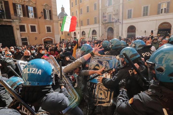Gli scontri davanti a Montecitorio