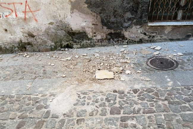 Crollo di calcinacci in via Chironi a Nuoro