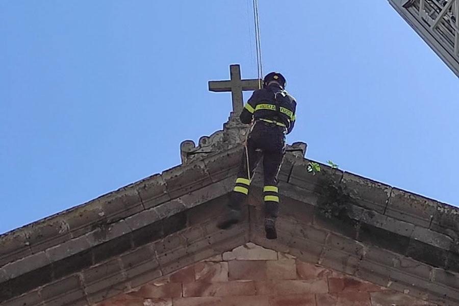 Paura a Ghilarza: si stacca il basamento della croce sul frontone della facciata