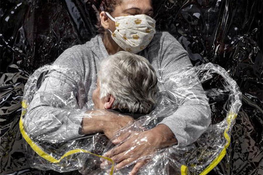 Un abbraccio di speranza ai tempi del Covid vince il World Press Photo of the Year 2021