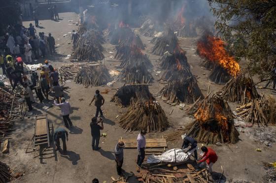 Una mutazione del Sars-Cov2 flagella l'India: ormai si bruciano i cadaveri nei campi