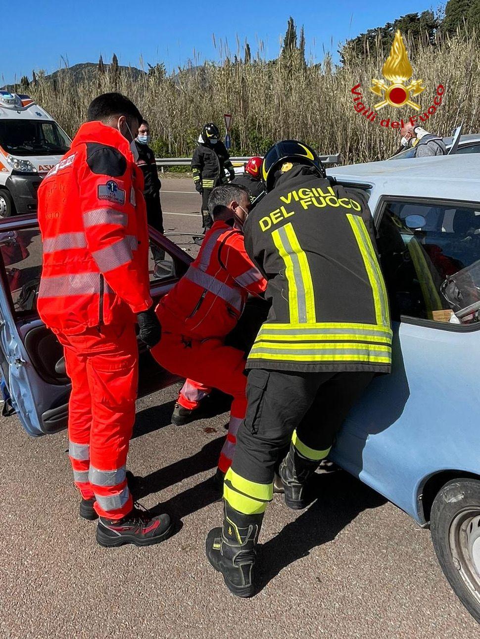 Frontale tra due auto sulla nuova Statale 125: tre persone coinvolte